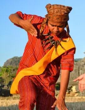 Uraian mengenai Pakaian Adat Laki-laki Toraja Sulawesi Barat yang Keren