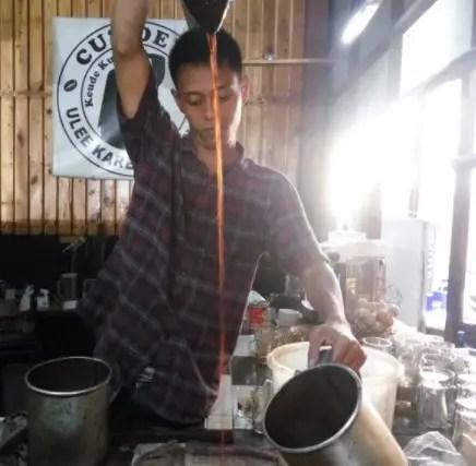 seorang barista di tempat nongkrong Medan yang unik