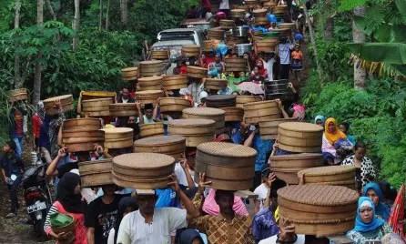 Kegiatan bernama Nyadran yang banyak di lakukan di daerah Jawa Tengah oleh warga.