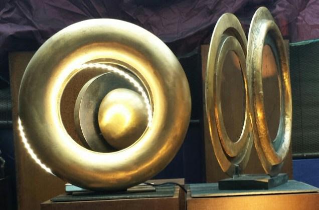 imensioni 60/70 cm.H composizione e scomposizione di diversi elementi . La scultura incorpora 2 circolari di luce a led