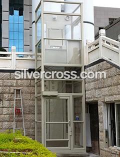 V1504 Wheelchair Lift Enclosed Outdoor Savaria   Silvercross