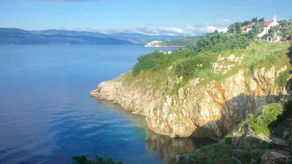 widok na skaliste wybrzeże