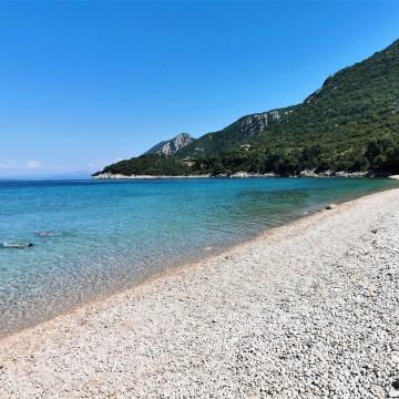 Przestań szukać piasku – czyli 5 powodów, dla których Ty i Twoje dziecko pokochacie kamieniste plaże