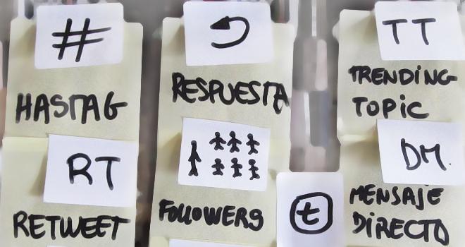 Puesto que tan solo se dispone de 140 caracteres, la utilización de abreviaturas y emoticonos está muy extendido entre los usuarios de Twitter.