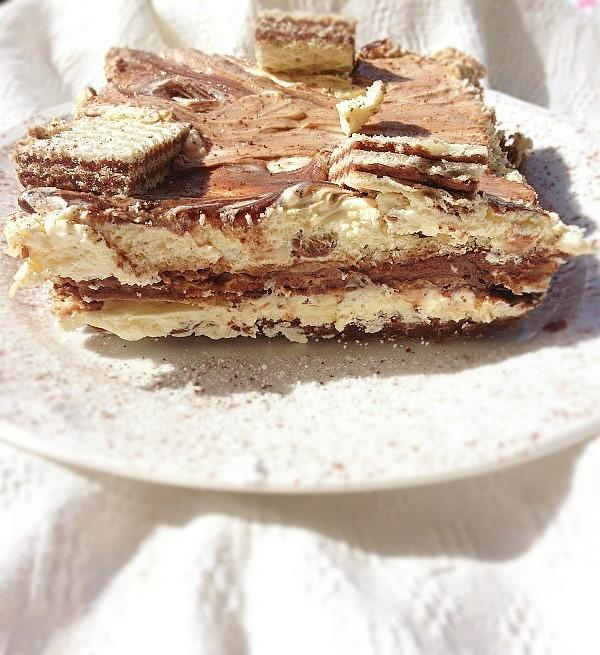 Una torta con i wafer. Ci sono anche la crema al mascarpone e la nutella.