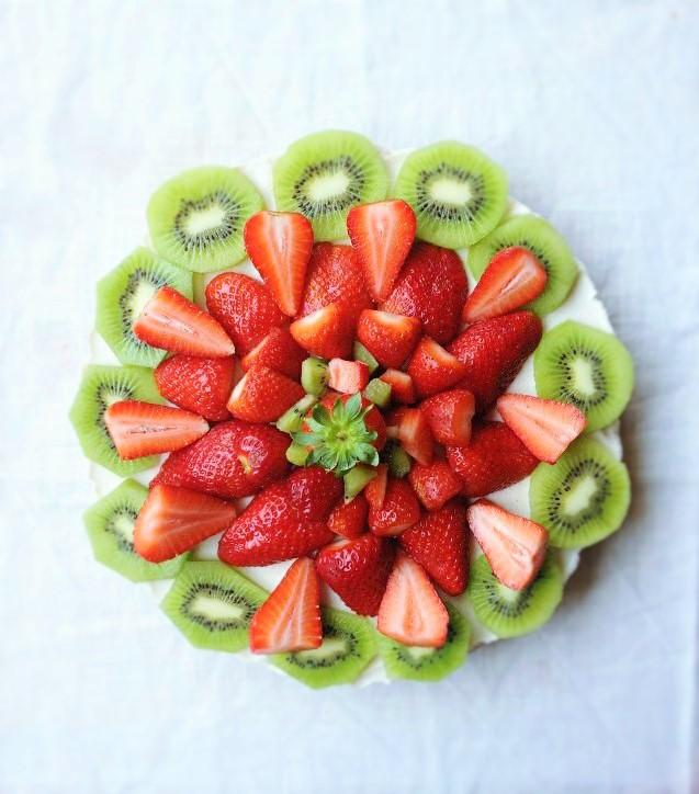 Torta fredda allo yogurt, fragole e kiwi.