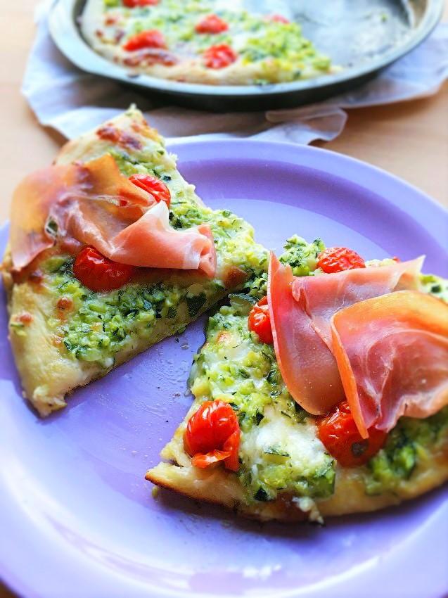 Pizza bianca con zucchine, stracchino, prosciutto crudo e pomodorini.