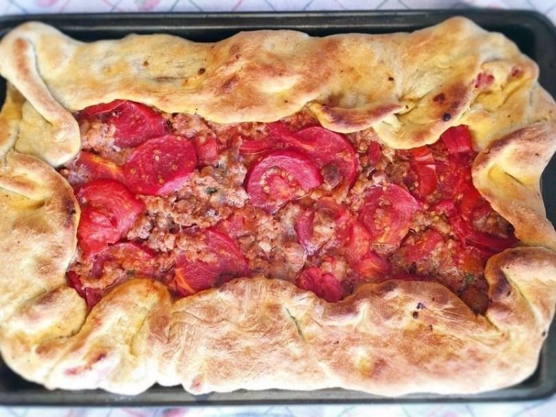 Focaccia con pomodoro e salsiccia fresca.