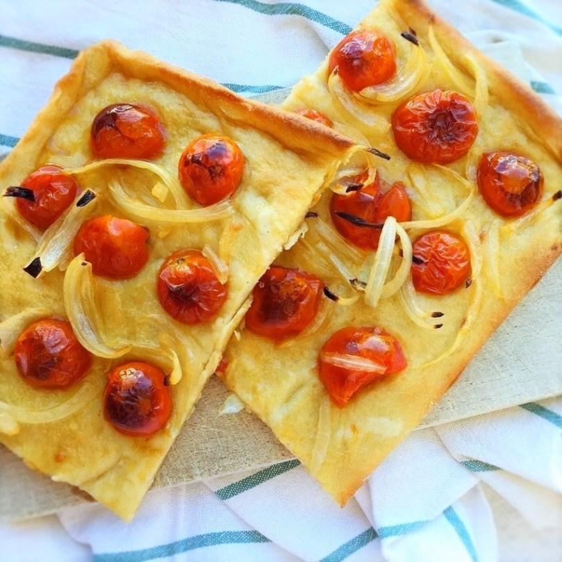 Focaccia croccante con pomodorini e cipolle.
