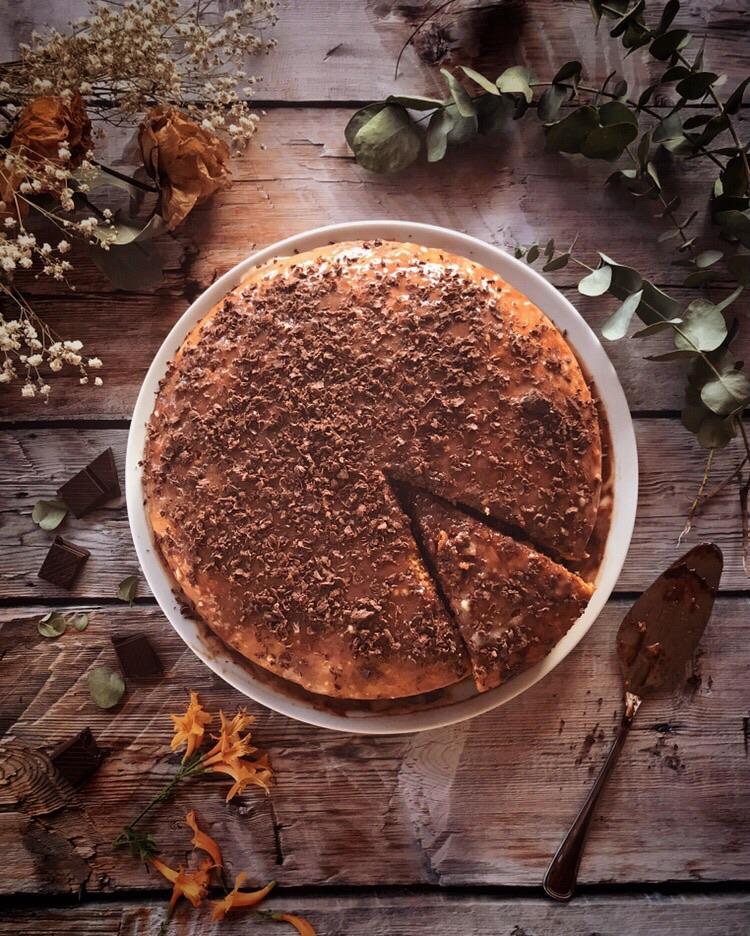 Torta ai due cioccolati con granella di nocciole