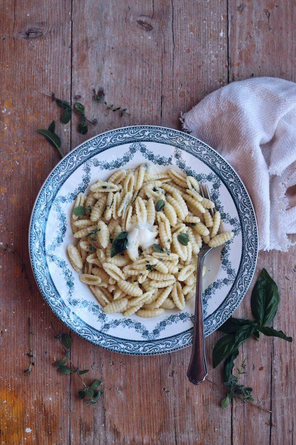 Pasta con gorgonzola, mascarpone e le erbe aromatiche. La mia ricetta per questa estate.
