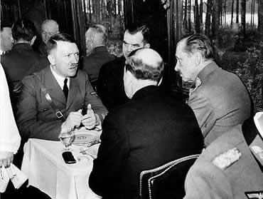 Hitler y Mannerheim, probablemente en el vagón de tren donde se grabó la cinta.