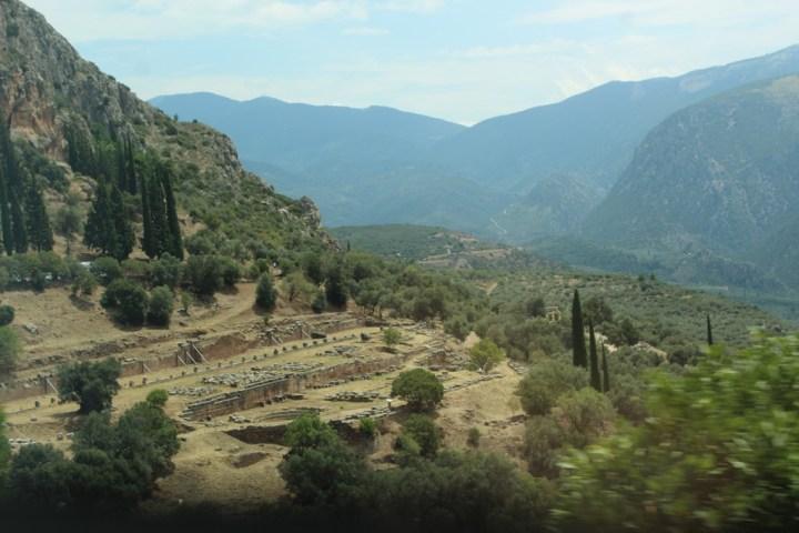 Vista del Templo de Atenea Pronaia desde el complejo del Oráculo principal