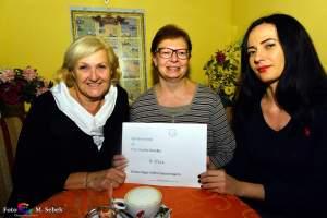 Eva-Maria Hatzl, Claudia Havelka, Ramona Miletic bei der Scheckübergabe für das notwendige Reha-Geld