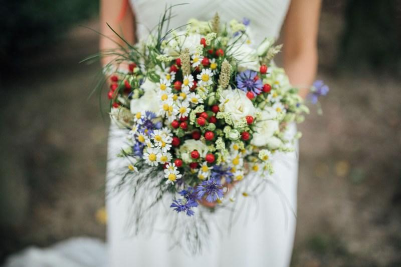 bouquet bacche bosco camomilla