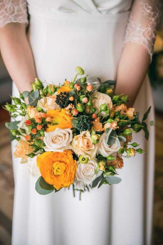 bouquet romantico rose ranuncoli arancio pesca bacche simmi
