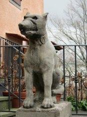 Cane da guardia scolpito in pietra