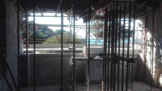 demolizione della parete per il montaggio di due archi