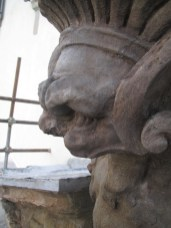Particolare dello stemma dopo il restauro