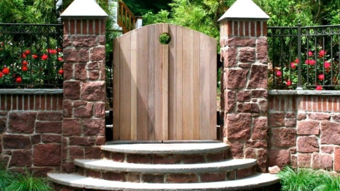 6.SIMPHOME.COM 10 Ideas how to make backyard privacy landscaping Stone Wall with Openwork Fencing on Top