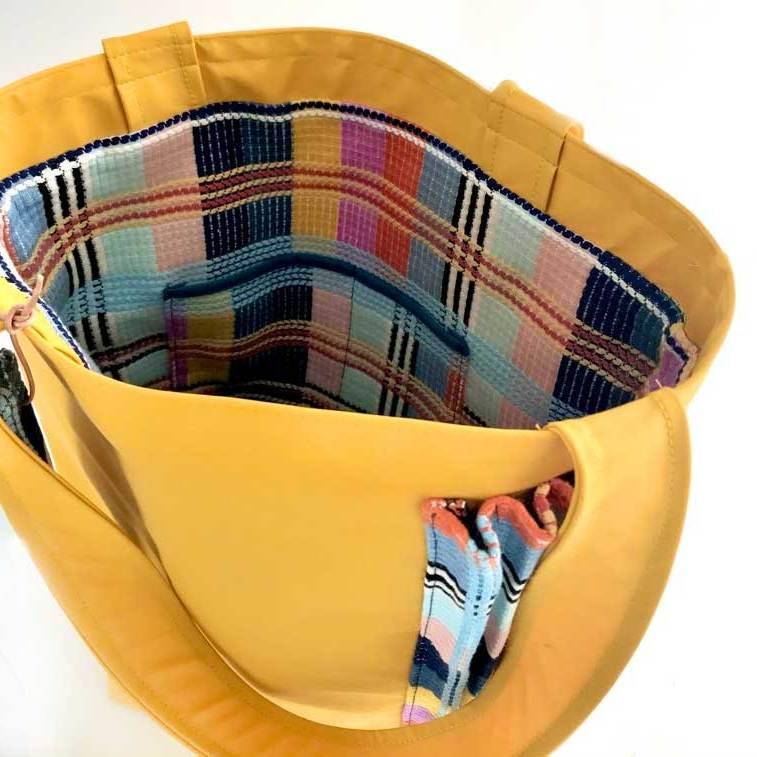 binnenin Gele regenstof tas met plissé stroken