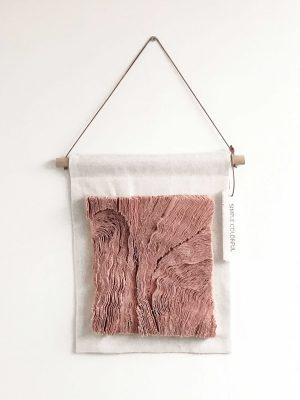 vintage roze wanddoek met houten stok en leren koord