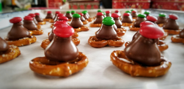Christmas Cookies – Pretzel and Hershey Kiss Bites