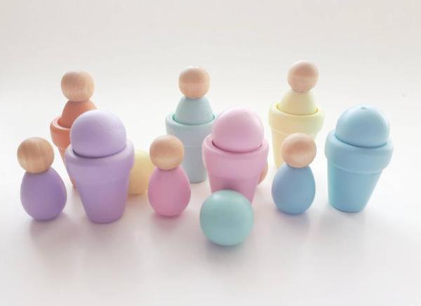 Ensemble de 18 morceaux en bois comprenant: 6 petits pots de fleurs 6 minis personnages 6 petites boules de bois Le tout dans des tons pastels aux couleurs de l'arc-en-ciel. Grandeurs: Pot de fleur: 3 cm Personnage (Bumblebee): 3,15 cm Boule de bois pleine: 2 cm de diamètre Leur petit format fait en sorte qu'on peut facilement les transporter partout avec soi! Les possibilités de jeu sont aussi illimitées que l'imagination des enfants! Ce genre de jeu peut aider les capacités de l'enfant: de la coordination oeil-main, la concentration, la préhension et l'exploration. ************************************************************ Cet ensemble est fait à la main de sorte que la couleur et la taille du jouet peut différer légèrement de celui sur la photo. La couleur peut varier de celle sur l'image en raison des différences dans la couleur de votre moniteur. Le bois étant un matériau naturel, il y aura toujours des variations dans le grain de bois, la couleur, les noeuds, ou la texture. *** CONTIENT DE TRÈS PETITES PIÈCES. NE JAMAIS LAISSER À UN ENFANT SANS SURVEILLANCE. *** Lors de la réception, vérifier le produit avant de l'utiliser. Une fois que les jouets ont quitté mes mains, l'acheteur accepte l'entière responsabilité de tous les jouets achetés dans ma boutique.