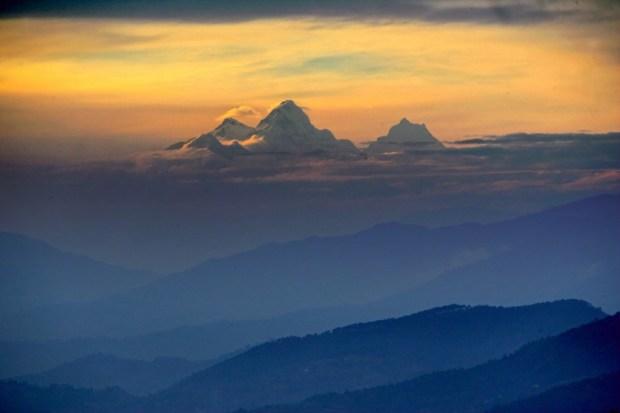MR 1595-DB2053 Coucher de soleil sur l'Annapurna, vu de Namo Buddha, Népal 2005
