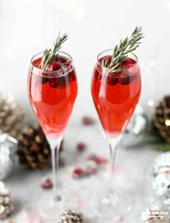SIMPLE CHRISTMAS MIMOSAS with champage, cranberry juice and sugared fresh cranberries