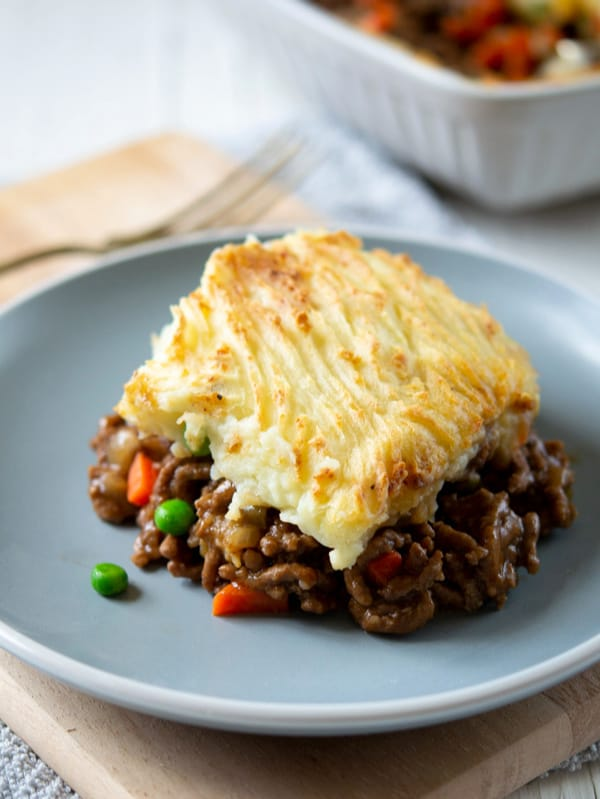 SIMPLE Cottage Pie with Ground Beef - perfect dinner for St Patricks Day, savory ground beef mixed with vegetables, topped with cheese and mashed potatoes #cottagepie #stpatricksdaydinner #stpaddysfood #shepherdspie #simplepartyfood