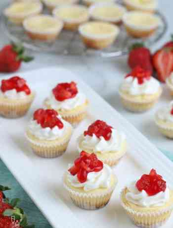SIMPLE Mini Cheesecakes - bite sized and portable, perfect for guests to mingle #cheesecake #desserts #simplepartyfood