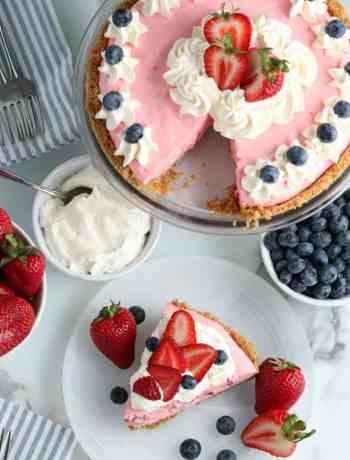 SIMPLE No Bake Strawberry Jello Pie - #4thofjuly #patrioticfood #partyfood #dessertrecipes #partyrecipes #simplepartyfood