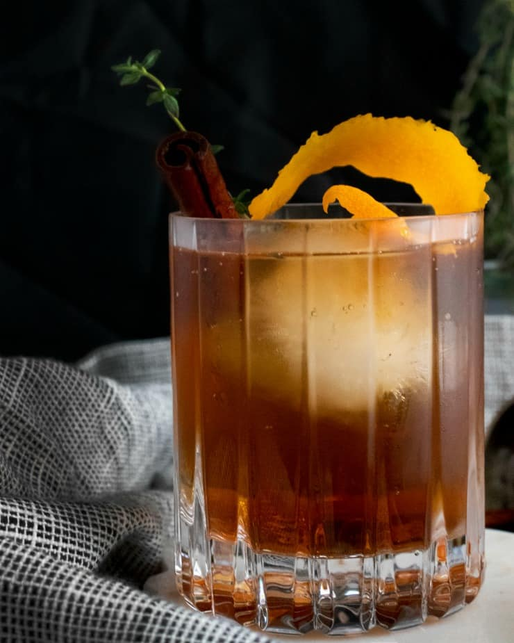 SIMPLE Fall Spiced Old Fashioned with cinnamon thyme simple syrup, bourbon and bitters #oldfashioned #falldrinks