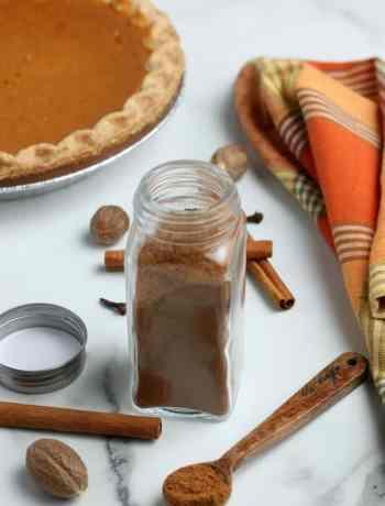 SIMPLE Pumpkin Pie Spice Blend - all the flavors of Fall in a bottle #pumpkinpie #fall #pumpkin