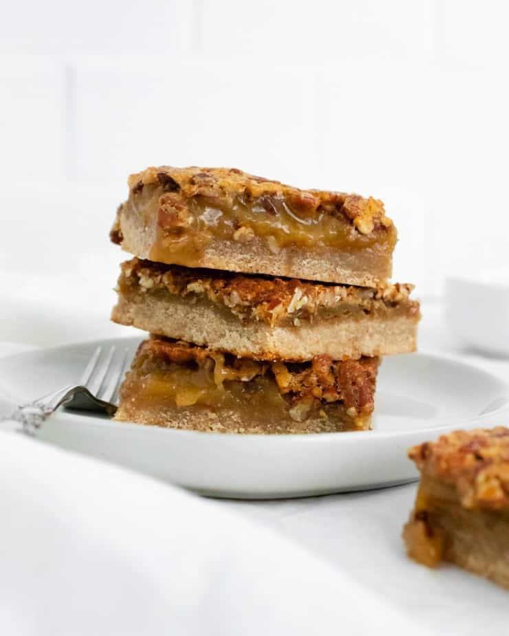 SIMPLE Pecan Pie Bars with a shortbread crust #holidaydesserts #pecanpie #simplepartyfood