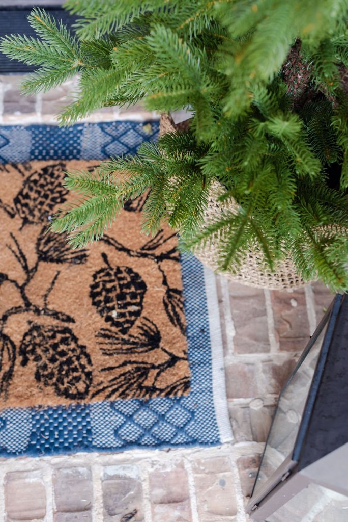 Layered doormat that bring texture to the decor for your entry.