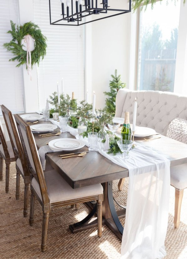A Simple and Festive Christmas Tablescape You'll Love