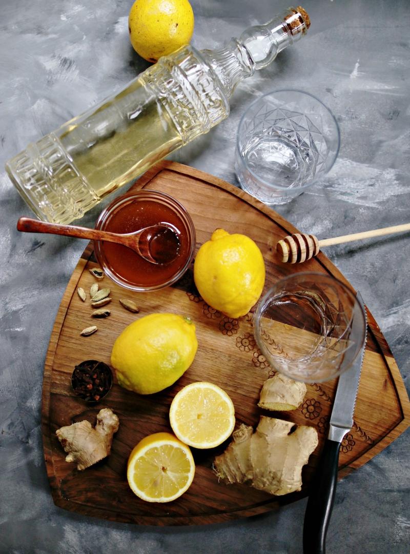Topla voda sa limunom ili jabukovo sirće : šta je bolje piti ujutro + recept za ultimativni jutarnji napitak