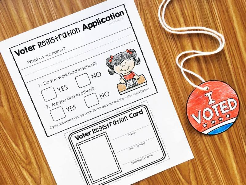 Voter Registation Application, Voter Card, and I Voted necklace. Perfect election day activities for Kindergarten and First.