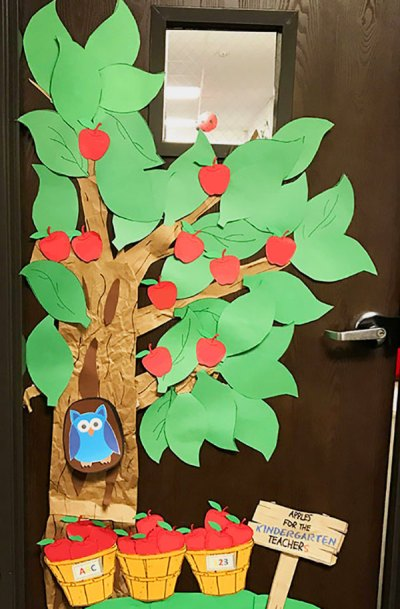 Apple tree classroom decoration. Decorate the classroom door or wall with a fun diy apple tree. Great for a farm unit study or back to school decoration!