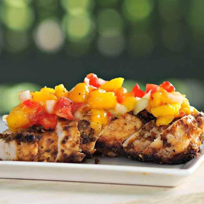 La melaza sumergió de pollo con salsa de mango te hace sentir ganas de bailar.  De pollo bañadas en miel, especias y cocinado en marcha.  Cubrir con la dulce y picante salsa de mango.