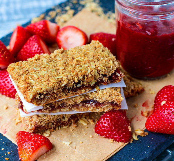 Strawberry Oat Crumble Bars | Portable Healthy Recipes | Homemade Recipes