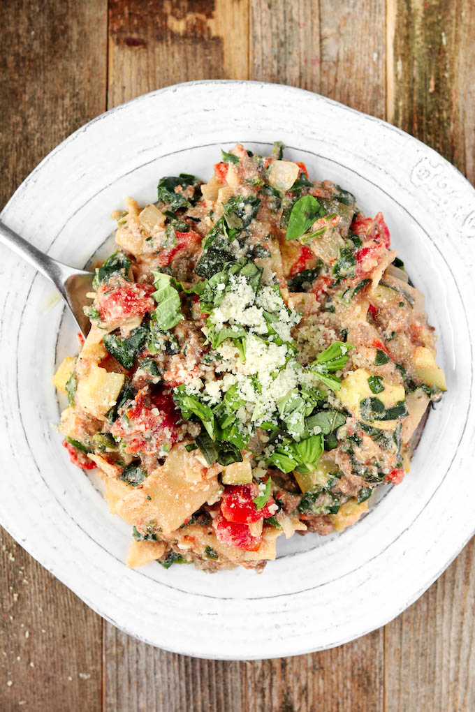 Simple, 3o-minute Summer Veggie Skillet Lasagna with turkey sausage, squash, zucchini and a creamy tomato sauce. All the taste of the traditional Italian favorite with half the effort.