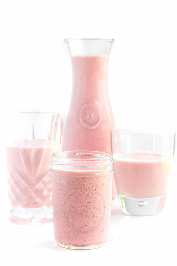 Creamy Strawberry N' Oat Breakfast Smoothie - A quick grab n' go breakfast option you can feel good about. Made with yogurt, oats, flax seed and fresh organic strawberries.
