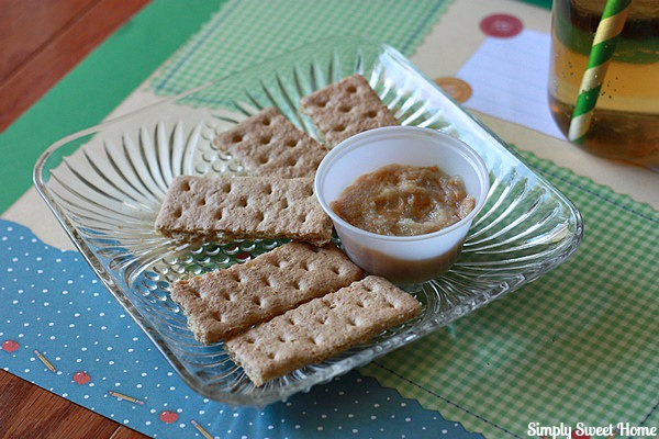 Graham Crackers and Apple Sauce Dip