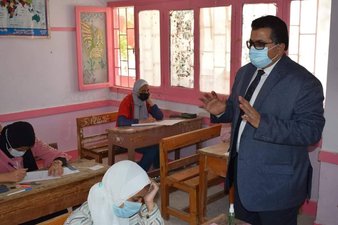 وكيل تعليم جنوب سيناء يتفقد سير امتحان الشهادة الإعدادية بمدارس طور سيناء