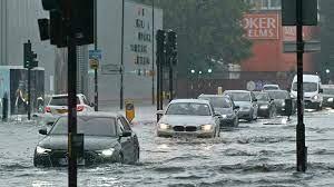 بالفيديو.. مياه الفيضانات تغمر شوارع لندن