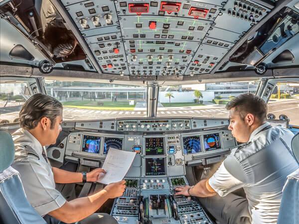 Cabina de mando de un avión de la línea aérea Volaris