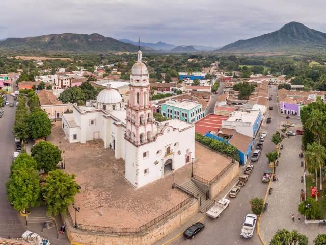 Fotografía aérea de la Parroquia de Santa Ursula en Cosalá, Sinaloa
